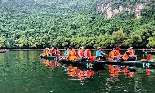 Giá vé các tuyến tour tham quan Tràng An là 200.000 đồng với người lớn, trẻ em dưới 1,4 m giá vé 100.000 đồng. Hướng dẫn viên đi cùng sẽ mất phí 300.000 đồng một tour.