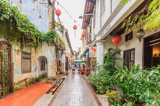 Đi dạo trên con đường lịch sử Concubine  Buổi chiều là thời điểm lý tưởng để thong thả tản bộ trên đường Lorong Panglima, hay còn được gọi là đường Concubine. Nơi đây mang lại sự hào hứng cho du khách bởi những chiếc ô trắng và đỏ treo xen kẽ thành từng hàng trên cao.  Concubine là khu phố của người Hoa. Nơi đây không chỉ ấn tượng bởi kiến trúc cổ kính mà còn hấp dẫn du khách với những món ăn đặc trưng của người Hoa như tào phớ, bánh tart trứng, cơm gà Hải Nam, bún viên cá. Ảnh: NavinTar.