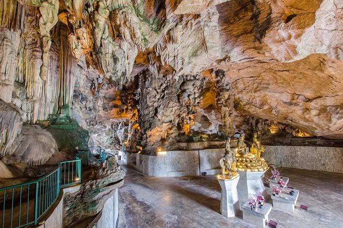 """Khám phá """"hang động hạnh phúc""""  Chùa hang Kek Look Tong, theo tiếng Malaysia nghĩa là """"hang động hạnh phúc"""", là một kiến trúc lâu đời ở ngoại ô Ipoh. Đường dẫn vào hang là hai dãy cầu thang có hình đuôi cá chép. Bên trong lòng hang tượng trưng cho dạ dày con cá - chứa đựng may mắn và hạnh phúc. Tại đây còn có nhiều tượng Phật và các vị Lão giáo bằng đồng, thủy tinh cùng các nhũ đá nhiều hình thù độc đáo. Khu vườn xung quanh được chăm sóc, cắt tỉa gọn gàng cùng với hồ cá và ao sen tạo nên một chốn tiên cảnh. Ảnh: gracethang2."""