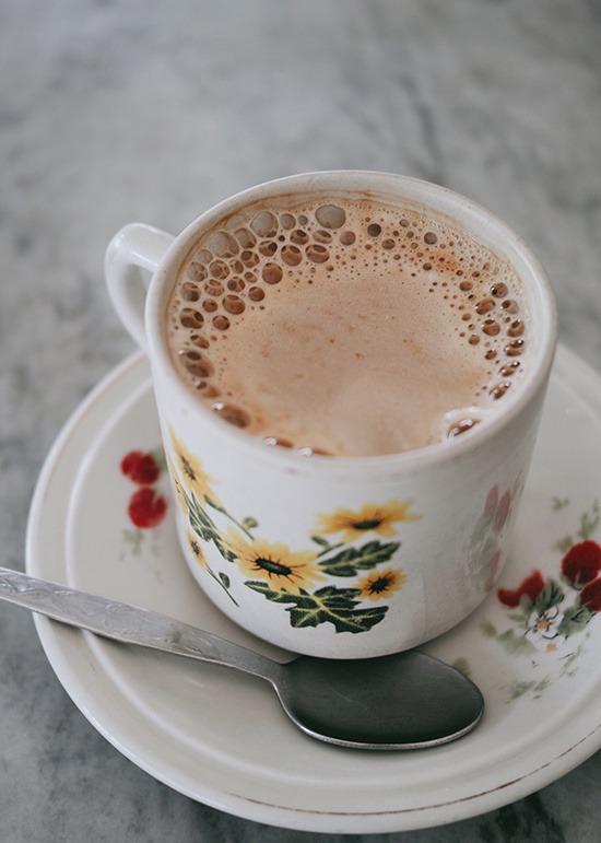 """Khám phá ẩm thực  Một đặc sản mà du khách không thể bỏ qua ở Ipoh là cà phê trắng. Hạt cà phê được rang với bơ và không có đường. Cà phê trắng khi uống nhưng có mùi thơm nhẹ, vị ngọt thanh vô cùng đặc biệt. """"Trắng"""" ở đây không phải nói đến màu sắc của cà phê mà nó có nghĩa là """"thuần khiết, không pha trộn"""", chỉ cách rang hạt cà phê không có gì pha tạp. Ảnh: Julie Mayfeng."""