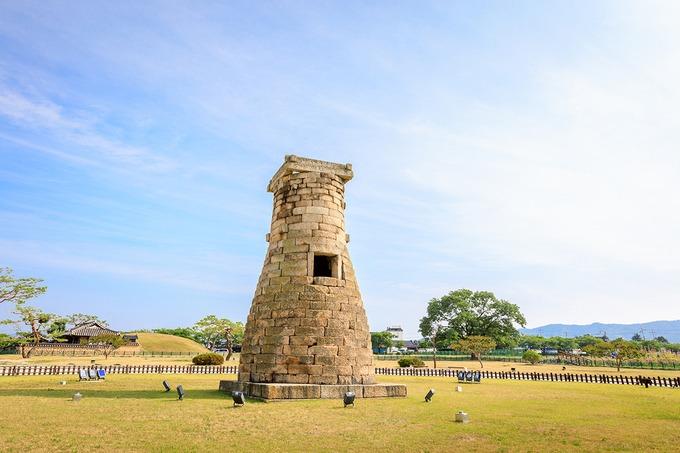 Đài thiên văn Cheomseongdae  Đây là đài quan sát thiên văn lâu đời nhất còn sót lại ở châu Á. Công trình được hoàng hậu Seondeok của vương triều Silla xây dựng nhằm hỗ trợ nông nghiệp. Kết cấu đài quan sát được xây từ 362 khối đá tượng trưng cho 362 ngày trong năm âm lịch. 27 lớp xếp tầng, gồm 3 lớp giữa trùng vào vị trí cửa sổ, 12 lớp phía trên và 12 lớp phía dưới tương ứng với 12 tháng trong năm. Ảnh: ARTYOORAN.