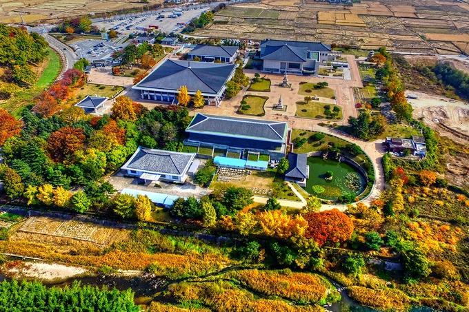 Bảo tàng Quốc gia Gyeongju  Đây là nơi bảo tồn, trưng bày khoảng 3.000 di vật và di tích Phật giáo của vương triều Silla được tìm thấy tại thành phố Gyeongju, trong đó nổi bật nhất là chiếc chuông thần của vua Seongdeok (báu vật quốc gia số 29). Du khách đến đây còn có dịp chiêm ngưỡng các di vật được xếp theo từng chủ đề khác nhau gồm. Ngoài ra, Bảo tàng Quốc gia Gyeongju cũng cho trưng bày nhiều kiệt tác văn hóa đến từ một số nước châu Á. Bảo tàng miễn phí vé vào cửa. Ảnh: Busan Drone.