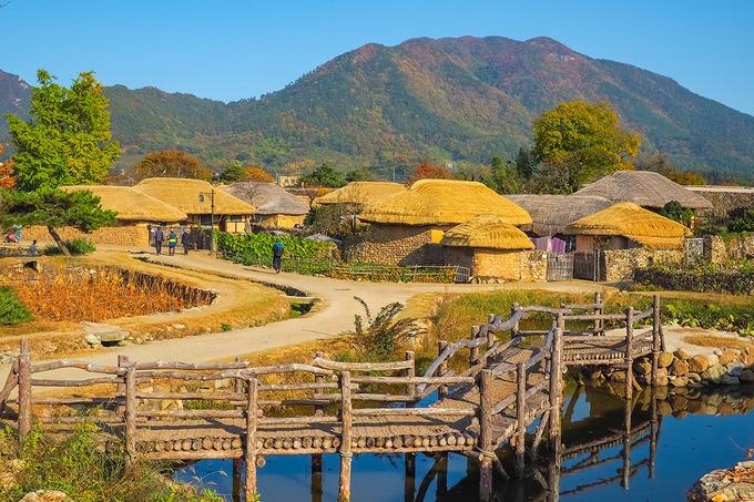 Làng dân gian Wolseong Yangdong  Gyeongju là kinh đô của vương triều Silla, song làng Wolseong Yangdong lại thể hiện vẻ đặc trưng của triều đại Joseon. Xây dựng vào khoảng thế kỷ XIV, ngôi làng tập trung khoảng 150 ngôi nhà tranh mái lá truyền thống, được UNESCO công nhận là di sản văn hóa thế giới. Làng nằm trong không gian thơ mộng, bao bọc bởi những ngọn núi trùng điệp, cánh rừng nguyên sinh, đối diện là con sông và cánh đồng bát ngát. Ảnh: NavyBank.