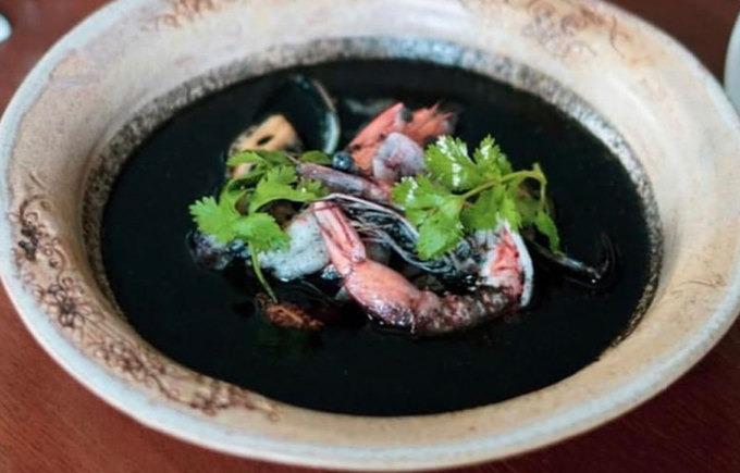 """Tiyula Itum  Đây là món súp thịt bò (hoặc bê) om có nguồn gốc từ người Tausug của quần đảo Sulu. Nó được coi là """"món ăn cho hoàng gia"""" và phục vụ trong những dịp đặc biệt như đám cưới, lễ hội Hari Raya (lễ hội đánh dấu kết thúc tháng ăn chay của người Hồi Giáo). Cũng giống với pyanggang, màu đen của món ăn đến từ việc sử dụng dừa cháy.  Món ăn được ướp trong hỗn hợp gia vị và dừa cháy đã nghiền nhỏ thành bột trước khi được xào với tỏi, hành, nghệ, gừng và lengkuas (một loại củ).  Bạn có thể tìm thấy món ăn này tại nhà hàng Lampara, Manila."""