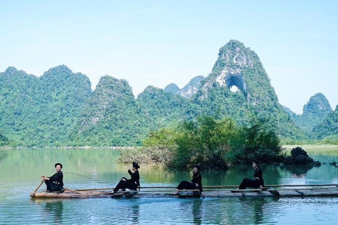 Núi Thủng  Núi Thủng hay Mắt Thần núi là một hang thủng ở xã Quốc Toản, huyện Trà Lĩnh. Trong giai đoạn Tân kiến tạo, hang đã được nâng lên cao 50 m so với mặt hồ. Hồ Nậm Trá dưới chân Mắt Thần núi có nước dâng cao vào mùa mưa (tháng 6-8) và hạn trong mùa khô.  Từ đường lớn vào núi Thủng, du khách sẽ đi khoảng 15 phút qua lối mòn, nơi sinh sống của người Tày ở xã Bản Danh. Nơi đây có những ngôi nhà lợp ngói âm dương và cánh đồng lúa, ngô trùng điệp.