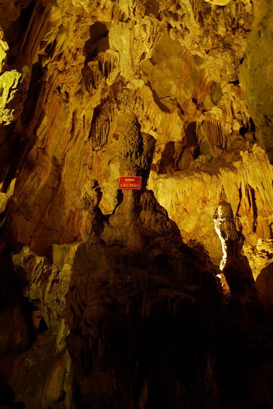 Cách đường dọc bờ suối khoảng 40 bậc thang hướng lên trên là hang Cốc Bó, nơi Chủ tịch Hồ Chí Minh ở trong thời gian Người hoạt động tại Pác Bó. Cửa hang nhỏ và hẹp, khi đi qua chỉ vừa một người. Bên trong hang ẩm ướt và lạnh do có mạch nước ngầm. Ngày nay, trong hang vẫn còn giữ lại tấm phản hay còn gọi là giường của Bác khi ở đây.  Ra khỏi hang Cốc Bó, du khách có thể tiếp tục hành trình chinh phục cột mốc 108, phân định biên giới Việt - Trung, hay tham quan bàn đá nơi Chủ tịch Hồ Chí Minh từng làm việc bên suối.