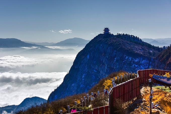 """Đứng trên đỉnh Nga Mi, nếu may mắn, bạn sẽ thu trọn hình ảnh của 4 kỳ quan là """"Nhật xuất"""" (mặt trời mọc), """"Vân hải"""" (vạn dặm biển mây), """"Phật quang"""" (hào quang của Phật) và """"Thánh đăng"""" (đèn thánh). Ngoài ra, tại Nga Mi Sơn còn có 26 ngôi chùa, miếu, trong đó tiêu biểu là chùa Báo Quốc, chùa Phục Hổ, chùa Tiên Phong, chùa Vạn Niên, Kim Đỉnh Hoa Tạng, Thanh Âm Các, Hồng Xuân Bình và Tẩy Tượng Trì. Mỗi ngôi chùa mang vẻ đặc trưng riêng và là nơi sở hữu nhiều kiệt tác nghệ thuật như tranh, phù điêu, tượng Phật. Ảnh: ShutterStock/B.Zhou."""