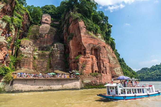 Lạc Sơn Đại Phật  Du khách đừng quên ghé thăm bức tượng Lạc Sơn Đại Phật tạc thẳng vào vách núi Lăng Vân, nằm ở ngọn Thê Loan, đối mặt với Nga Mi Sơn. Bức tượng có niên đại lên tới 1.300 năm và được cho là tượng Phật lâu đời nhất, đồng thời là bức tượng Phật bằng đá cao nhất thế giới. Ảnh: ShutterStock/LMspencer.