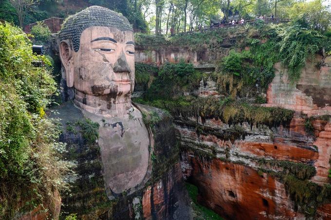 Bức tượng Phật được xây dựng trong suốt 90 năm với khuôn mặt nhân từ, ngồi khoan thai, tay đặt lên đầu gối và đôi mắt hé mở hướng ánh nhìn xuống dòng sông. Bức tượng được điêu khắc kỳ công, tỷ lệ thân Phật cân đối, thể hiện nền văn hóa quảng đại của thời nhà Đường. Điểm đặc biệt của bức tượng này là mái tóc Đức Phật, được làm từ 1.021 lọn tóc xoắn ốc.  Lạc Sơn Đại Phật cùng với Nga Mi Sơn đã được UNESCO công nhận là Di sản thế giới năm 1996. Ảnh: ShutterStock/AbuSun1812.