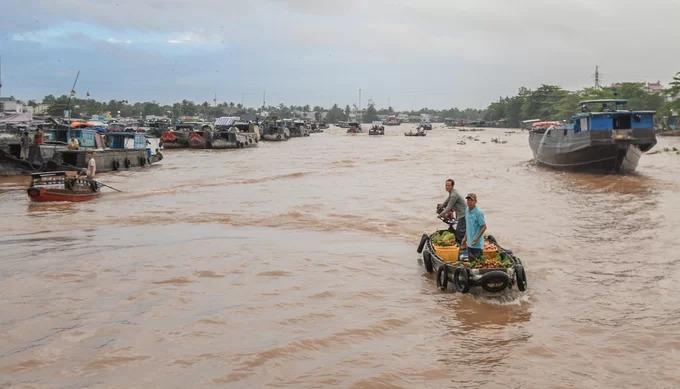 Chợ nổi Cái Răng nằm cách trung tâm thành phố Cần Thơ khoảng 5 km và mất 30 phút di chuyển bằng thuyền từ bến Ninh Kiều. Hình thành từ đầu thế kỷ 20 để phục vụ nhu cầu mua bán trong vùng, Cái Răng hiện là một trong ba chợ nổi lớn nhất miền Tây Nam Bộ, với hơn 300 ghe tụ họp mỗi ngày.