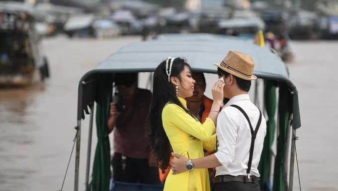 Một cặp đôi lựa chọn buổi họp chợ làm bối cảnh cho bộ hình cưới. Năm 2016, chợ nổi Cái Răng được công nhận là di sản văn hoá phi vật thể quốc gia. Hiện nay, khu chợ được bảo tồn như một nét văn hoá đặc trưng vùng miền để thu hút khách du lịch.