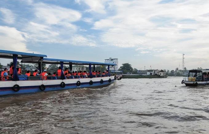 Để tham quan chợ nổi, du khách có thể đi tàu máy với giá từ 60.000 đến 100.000 một người hoặc thuê nguyên tàu. Nhiều du khách lựa chọn cách tham quan dân dã hơn là đi thuyền chèo tay cùng người dân địa phương để len lỏi qua những ghe tàu đậu trên chợ nổi với giá thoả thuận.