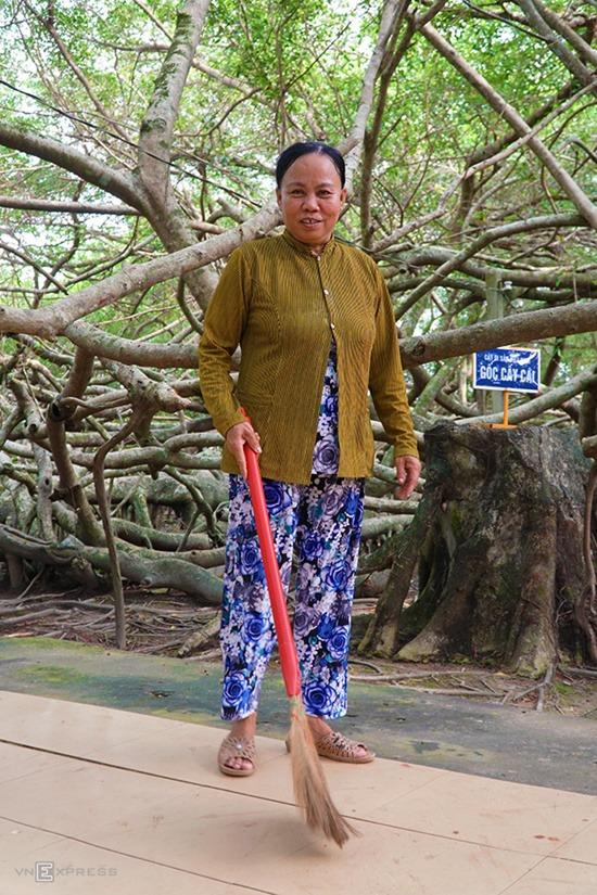 """Bà Ba Hờn (ảnh) cho biết, hiện có 4 tổ được lập ra để luân phiên nhau dọn dẹp, chăm sóc cây. """"Chúng tôi mỗi người làm một ngày. Công việc đơn giản là đảm bảo vệ sinh và nhắc nhở du khách tham quan không làm tổn hại đến cây"""", bà nói."""