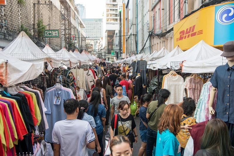 Woeng Nakhon Kasem được biết đến nhiều hơn với tên gọi chợ kẻ cắp bởi đây là thị trường tiêu thụ loạt món đồ chưa rõ nguồn gốc. Bên cạnh đó, khu vực này còn bán các mặt hàng khác nhau, xuất xứ từ nhiều quốc gia như Mỹ, Thái Lan, Trung Quốc… Ảnh: Bangkok-best.