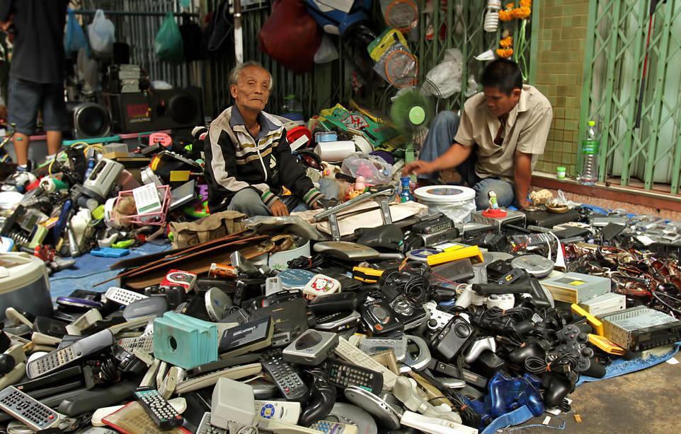 Chợ thường tổ chức vào 2 ngày cuối tuần là thứ 7 và chủ nhật. Tuy nhiên, trong những ngày khác, du khách vẫn có thể thấy chợ hoạt động với số lượng hàng hóa ít hơn, không đa dạng. Nhiều du khách nhầm lẫn Woeng Nakhon Kasem là chợ đêm. Tuy nhiên, chợ thường mở cửa từ 10-18h. Ảnh: Bangkok.