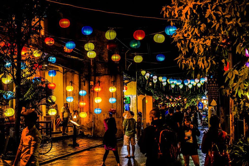 Ngắm đèn lồng ở Hội An - Ảnh: Lonely Planet  Thả một chiếc đèn hoa đăng ở Hội An: Là một trong những điểm đến đẹp nhất châu Á, Hội An có khung cảnh nên thơ và lộng lẫy. Trong đó, lễ hội hoa đăng ngày rằm đem lại cho du khách không gian như cô tích, với hàng nghìn đèn lồng được thắp sáng lung linh, phản chiếu xuống dòng sông Thu Bồn. Bạn có thể mua một chiếc đèn hoa đăng bằng giấy và thắp nến, thả xuống sông để cầu mong may mắn, hạnh phúc.