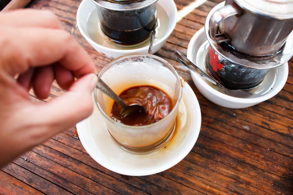 Uống cà phê ở Đà Lạt: Là một trong những quốc gia sản xuất cà phê nhiều nhất thế giới, chẳng có lý nào đến Đà Lạt mà bạn lại không uống thử cà phê. Khu vực cao nguyên này có vô số đồn điền, đem đến những cốc cà phê đậm đà, quyến rũ.