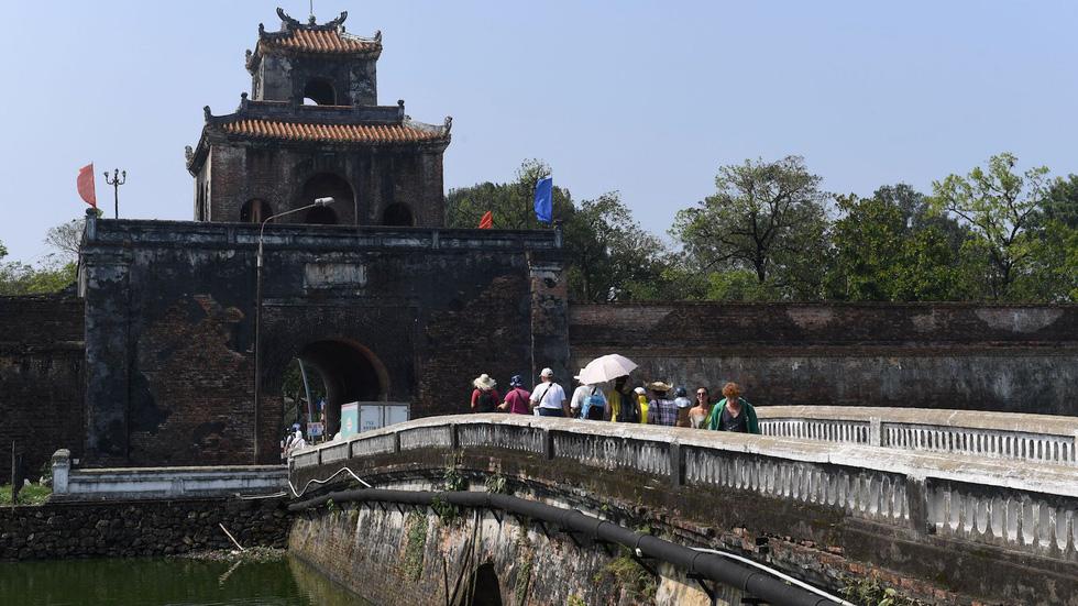 Đạp xe ở cố đô Huế: Đây là nơi tuyệt vời để bạn chiêm ngưỡng kiến trúc và văn hóa cổ của Việt Nam. Bạn có thể thuê một chiếc xe đạp vào sáng sớm để đi dọc bờ sông Hương, khám phá những thành cổ, đền chùa, lăng mộ... và tận hưởng không khí trong lành, bình yên nơi đây.