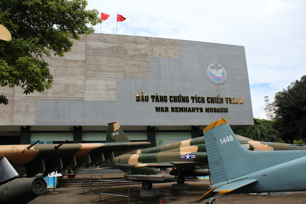 Theo dấu lịch sử tại TP.HCM: Chiến tranh là một phần lịch sử Việt Nam, hiểu về quá khứ sẽ giúp bạn trân trọng hiện tại. Du khách có thể dành vài giờ tham quan các bảo tàng tại TP.HCM và các tượng đài lịch sử. Trong đó, bảo tàng Chứng tích chiến tranh mở cửa từ 1975 trưng bày những bức ảnh, thiết bị quân sự cùng nhiều thông tin về các cuộc chiến.