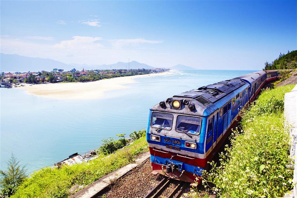 Đi tàu sắt Thống Nhất xuyên Việt: Đây không phải là phương tiện nhanh nhất để di chuyển tại Việt Nam, nhưng sẽ đem lại cho du khách cơ hội chiêm ngưỡng những khung cảnh ngoạn mục. Tuyến đường sắt dài hơn 1.700 km từ Hà Nội đến TP.HCM đi qua nhiều tỉnh thành trong vòng 35 tiếng. Nếu có nhiều thời gian, bạn có thể theo tàu xuống tại các ga để khám phá vẻ đẹp của từng vùng, như Ninh Bình, Huế, Đà Nẵng, Nha Trang...