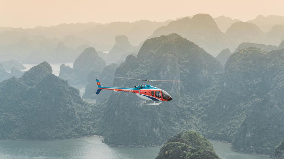 Ngắm vịnh Hạ Long từ trên cao: Vịnh Hạ Long là một trong những nơi có khung cảnh ngoạn mục nhất Việt Nam, với hàng nghìn hòn đảo, những hang động lộng lẫy và thiên nhiên tươi đẹp. Phần lớn du khách chọn tour tham quan bằng du thuyền, nhưng bạn còn có thể ngắm toàn cảnh vịnh bằng thủy phi cơ trong chuyến đi kéo dài 40 phút.