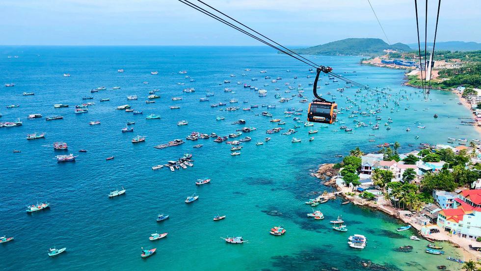 Lang thang khắp các bãi biển của Phú Quốc: Với làn nước trong vắt, cát trắng và thiên nhiên hoang dã, đảo ngọc của Việt Nam có hàng chục bãi biển lớn nhỏ cho du khách khám phá. Bạn có thể đăng ký tour tới các bãi nổi tiếng như bãi Sao, bài Dài, bãi Ông Lang...
