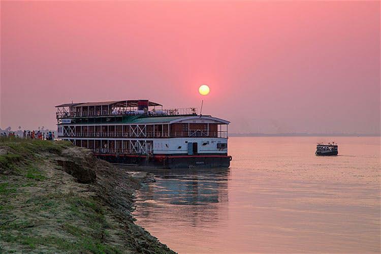Đi thuyền trên sông Mekong: Mekong là dòng sông dài thứ 12 trên thế giới, là nguồn sống của Đông Nam Á suốt hàng nghìn năm. Ngày này, hai bên bờ sông là những làng chài, ruộng lúa, chợ và thành cổ. Với những du khách ưa thích nhịp điệu chậm rãi, một chuyến đi bằng thuyền trên sông Mekong sẽ đem lại những trải nghiệm khác biệt.  Khởi hành từ TP.HCM, tour dài 18 ngày sẽ đưa du khách qua miền Nam Việt Nam tới Phnom Penh và Siem Reap ở Campuchia và Luang Prabang ở Lào.