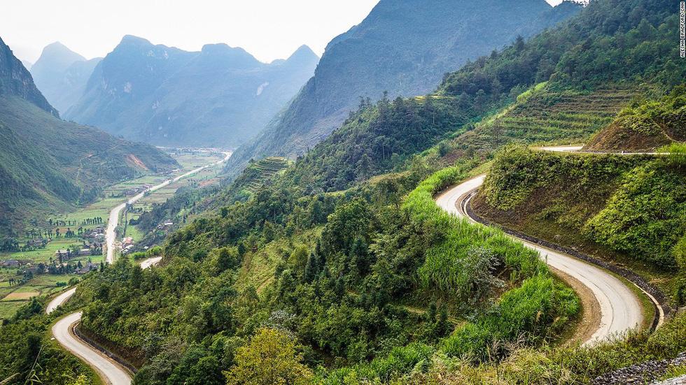 """""""Phượt"""" vùng núi phía bắc: Du khách có thể đăng ký tour của các công ty du lịch, hoặc tự mình thuê xe khám phá vùng núi phía bắc Việt Nam. Trong đó, Hà Giang là điểm đến được nhiều người yêu thích, với những bản làng hồn hậu, đường đèo ngoạn mục và những thung lũng đẹp như tranh."""