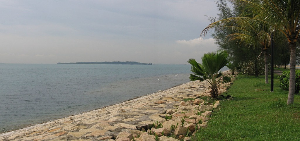 """Mặc dù từ """"bãi rác"""" gợi lên hình ảnh của vùng đất hoang vu, bẩn thỉu và bốc mùi, du khách đến đây sẽ không khỏi ngạc nhiên trước khung cảnh hoàn toàn khác so với tưởng tượng. Nước biển xanh, trong vắt, những bãi cát trải dài, hàng cọ đung đưa trong gió là những gì bạn sẽ thấy tại bãi rác Semakau. Ảnh: Commons wikimedia."""