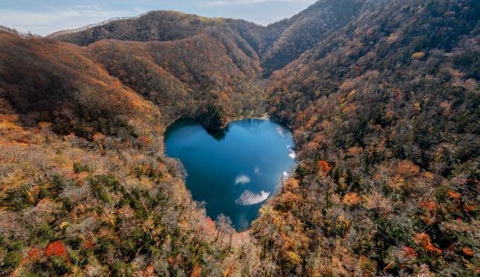 Hồ Toyoni ở thị trấn Erimo, Hokkaido được mệnh danh là hồ lãng mạn nhất Nhật Bản vì có hình trái tim khi nhìn từ trên cao. Đặc biệt, khi lá vàng lá đỏ phủ đầy trên núi vào mùa thu, nơi đây rất nên thơ.