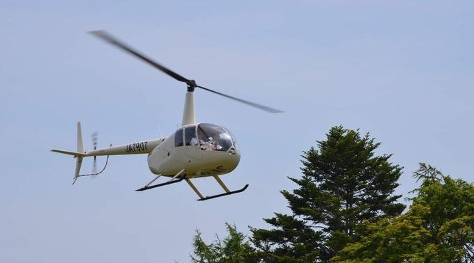 Để ngắm được rõ hình dạng của hồ, bạn phải đi trực thăng. Tour chỉ bay từ tháng 9 đến tháng 10 hằng năm vì thời tiết thuận lợi, an toàn với du khách. Giá 13.000 yên/người (khoảng 2,8 triệu đồng) và có thể bị hủy phụ thuộc vào thời tiết.