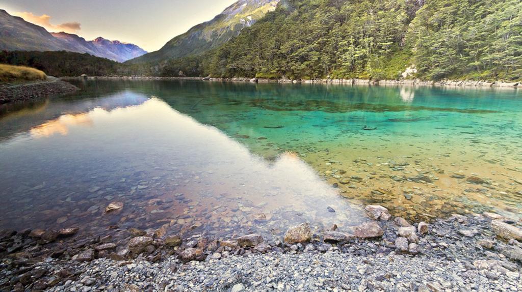 """Vào năm 2011, các nhà nghiên cứu của Viện nghiên cứu nước và khí quyển quốc gia New Zealand (NIWA) đã phát hiện Blue Lake có độ trong suốt đến 80 m, được coi là """"trong suốt và tinh khiết như nước cất"""". Ảnh: Rove."""