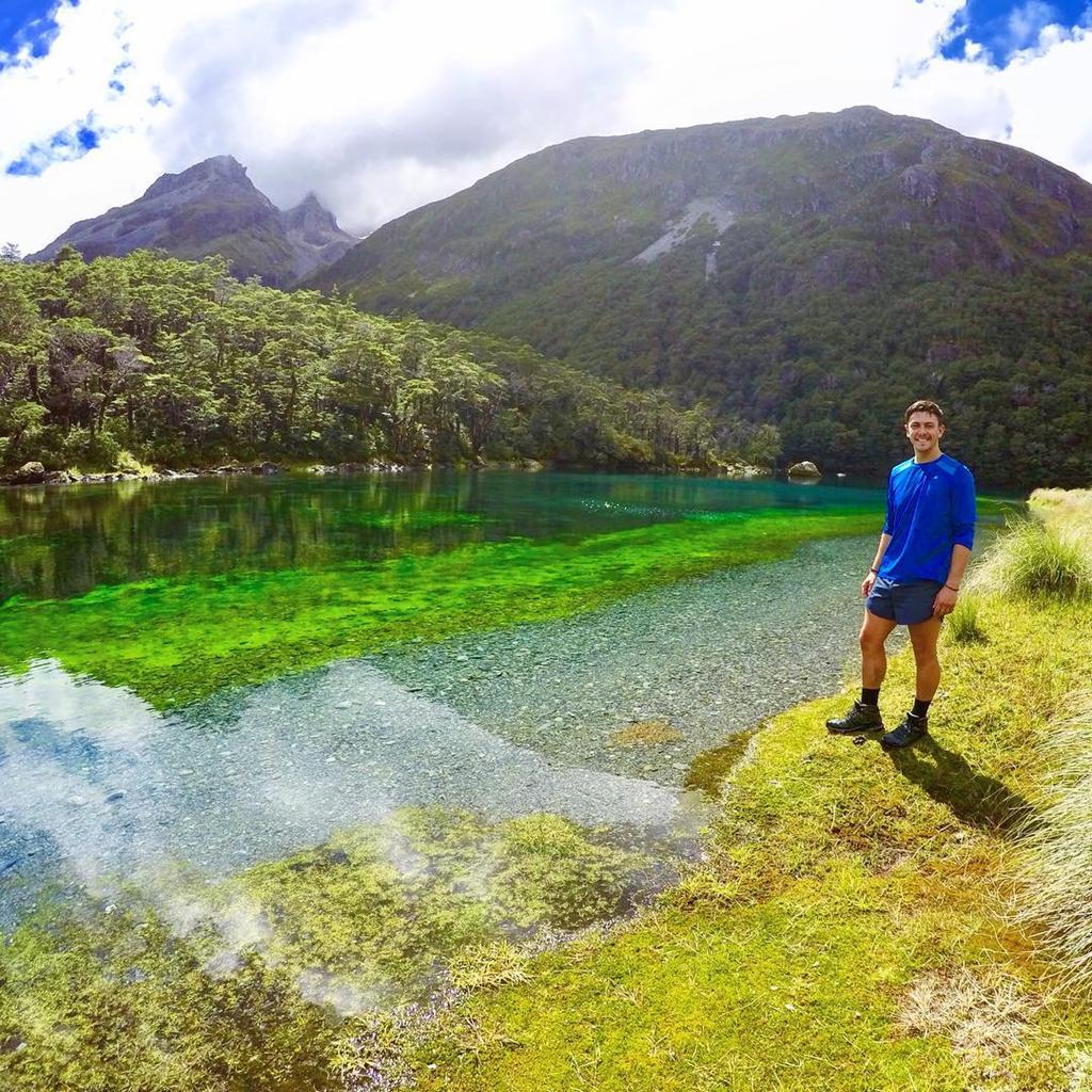 Blue Lake sở hữu một màu xanh violet ảo diệu - đặc trưng của những vùng nước sạch nhất thế giới. Nước tại đây bắt nguồn từ hồ Constance, nhưng dòng nước lại chảy qua các mảnh vụn lở đất tạo thành một con đập ngăn cách giữa hai hồ. Ảnh: Alexwiniata, lisettetimmermans.