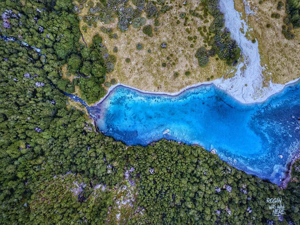 Con đập tự nhiên có chức năng lọc ra gần hết tất cả các cặn bẩn trong nước. Nhờ đó, nước hồ Blue Lake luôn giữ được vẻ xanh trong. Cũng chính vì thế, các nhà khoa học cũng đánh giá Blue Lake có tầm nhìn còn xa hơn cả suối Te Waikoropupu nổi tiếng ở Golden Bay. Ảnh: Rogiebeer.