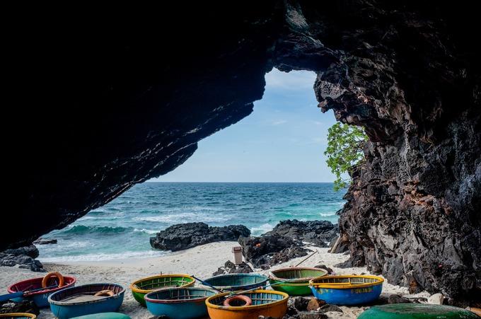 """Bãi Hang (còn gọi là bãi Sau) nổi tiếng với những hang động chứa đầy thạch nhũ và mạch nước ngầm, nơi du khách có thể ngồi trong hang ngắm cảnh hoặc dạo bộ và tắm biển.  Tại đây, du khách có thể liên hệ đội lái thuyền thúng đưa đi lặn ngắm san hô ven biển. """"Dịch vụ đi thuyền thúng ngắm san hô có giá từ 80.000 đến 120.000 đồng mỗi người tuỳ vào quãng đường khách chọn. Càng đi xa, du khách càng có cơ hội thấy nhiều cảnh đẹp của biển và đảo"""", ông Võ No, người dân địa phương làm dịch vụ chèo thuyền thúng, cho biết."""