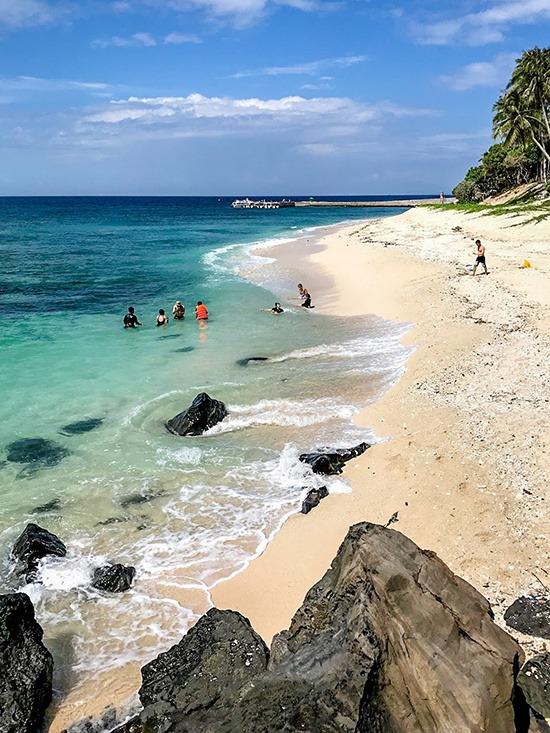 Một trong những bãi tắm được nhiều du khách ưa chuộng trên đảo là bãi Dừa với mặt nước xanh biếc, gợn sóng lăn tăn, kế bên những tảng đá vốn là trầm tích của núi lửa từ hàng triệu năm.