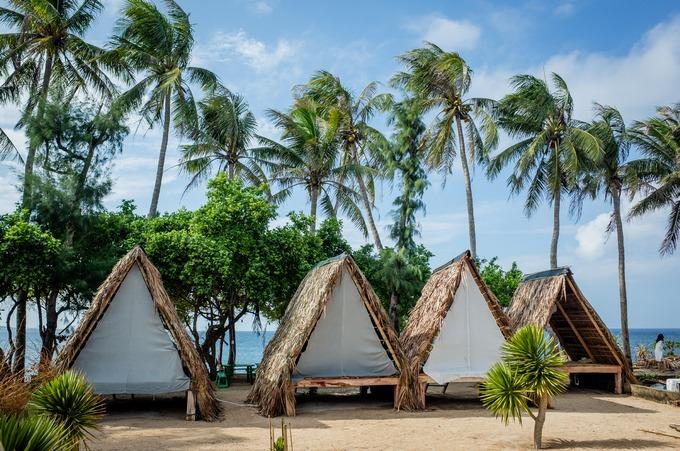 Ba năm trở lại đây, người dân trên đảo bắt đầu làm du lịch với những homestay, nhà nghỉ dân dã, có kiến trúc hài hoà với khung cảnh thiên nhiên.