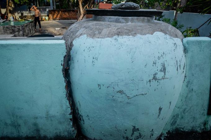Dù có nguồn nước sinh hoạt được Nhà máy lọc nước An Bình cấp từ năm 2012, nhiều năm nay, các gia đình ở đảo vẫn giữ thói quen tích trữ nước mưa trong những chiếc lu lớn. Theo người dân, cứ đến mùa khô, nước ngọt thường khan hiếm bởi nhu cầu sử dụng nhiều của các hộ dân và khách du lịch.