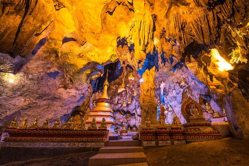 Hàng ngàn Phật vàng lót kệ, to, nhỏ, cao, thấp, giá đá và măng đá bàn thờ rất phong phú và đa dạng, tất cả đều được sơn son thếp vàng thu hút khách du lịch.
