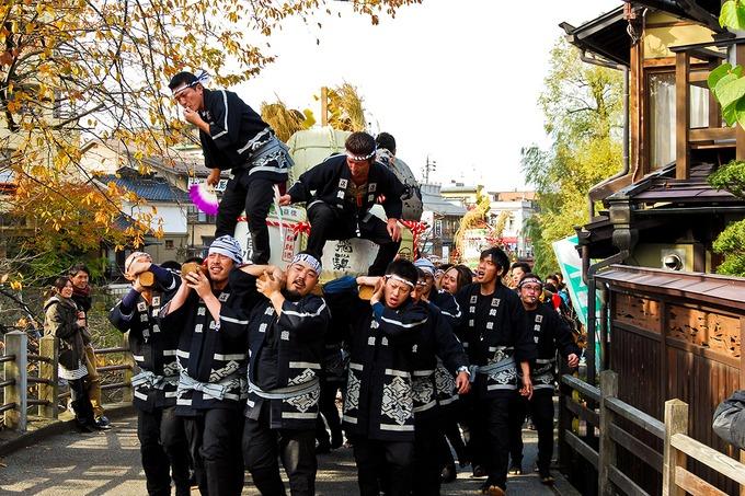 """Takayama được ví như """"Kyoto thu nhỏ"""" với các sân khấu đường phố, nhà gỗ cổ kính, nghề thủ công truyền thống. Bạn có thể đến đây vào bất kỳ thời điểm nào trong năm, nhưng lý tưởng nhất là mùa thu. Đây là thời điểm tổ chức lễ hội Takayama Matsuri nổi tiếng Nhật Bản (khoảng 9, 10/10 hàng năm). Hãy hòa vào dòng xe diễu hành theo văn hóa từ thời Edo và nghi lễ dâng tặng búp bê Karakuri cho các vị thần. Ảnh: ShutterStock/Pixel to the people."""