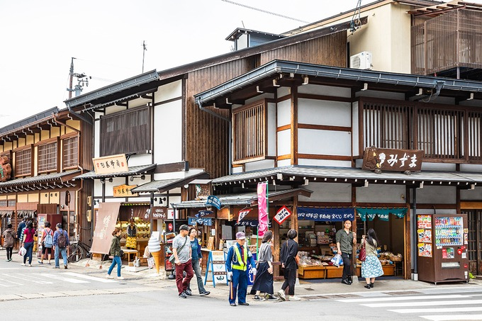 Trên con đường nhỏ dẫn vào phố cổ, bạn sẽ chiêm ngưỡng những căn nhà gỗ hai tầng cổ xưa. Tọa lạc ở khu vực trung tâm là khu bảo tồn những kiến trúc cổ thời Edo (1603 – 1868) như: nhà cổ Yoshijima - ke, Bảo tàng nghệ thuật dân gian Kusakabe, Takayama Jinya. Đây cũng là khu vực bảo tồn kiến trúc truyền thống quan trọng cấp quốc gia. Ảnh: Shutterstock/Suchart Boonyavech.