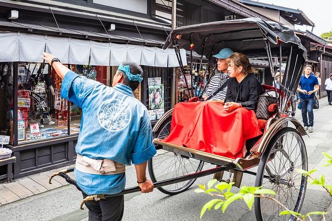 Bạn có thể thuê một bộ trang phục kimono hoặc yukata truyền thống rồi đi bộ dọc theo các con đường của khu phố cổ. Ngoài ra, ngồi trên một chiếc xe kéo dạo quanh, ngắm toàn khu phố hay chiêm ngưỡng nghệ thuật xếp giấy truyền thống cũng là những trải nghiệm đáng nhớ. Ảnh: ShutterStock/Suchart Boonyavech.