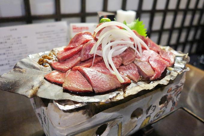 Trải nghiệm cuối cùng của hành trình sẽ níu chân du khách là thưởng thức thịt bò Hida. Là loại thịt bò cao cấp sánh ngang với Kobe hay Matsusaka, bò Hida nổi tiếng với những lớp vân mỡ cẩm thạch và vị đậm đà. Với tỷ lệ mỡ - thịt phân bố tương đồng, miếng thịt bò Hida như tan chảy trong miệng. Bạn cũng đừng quên nếm thử rượu sake, hải sản tươi sống hay món bánh xèo Okonomiyaki. Ảnh: ShutterStock/Devilauu7.