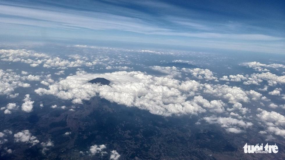 Những đỉnh núi vượt lên trên tầng mây đón du khách đến với Banyuwangi bằng máy bay - Ảnh: ĐẠI AN