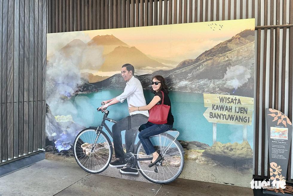 Tất nhiên không thể thiếu một điểm chụp ảnh check-in dễ thương với vị tổng thống đang được yêu quý của đất nước Indonesia, ông Joko Widodo - Ảnh: ĐẠI AN