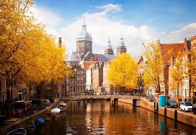 Amsterdam, Hà Lan  Với hơn 400.000 cây xanh trên khắp thành phố, Amsterdam là một trong những điểm đến đẹp nhất để ngắm cảnh sắc mùa thu. Từ tháng 9 đến tháng 11, các công viên, kênh đào lịch sử ở đây chìm trong sắc vàng đỏ của cây lá. Ngoài ra, những con đường trải đầy lá khô cũng làm khung cảnh trở nên lãng mạn hơn. Vào mùa thu, ở đây diễn ra một số lễ hội như Halloween, bảo tàng dưới trăng Museum Night. Ảnh: Dreams Time.