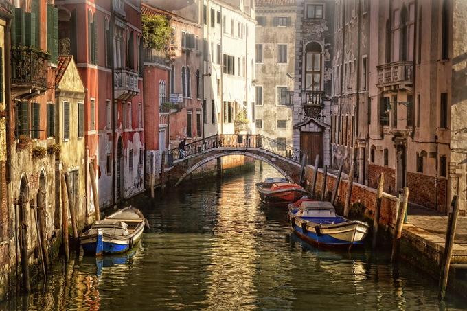Thành phố Venice, Italy  Vào mùa thu, Venice trở nên quyến rũ hơn với những chiều hoàng hôn lấp lánh và sương mù bao phủ. Đặc biệt, đây cũng là thời gian thành phố vắng hơn. Du khách có thể đi bộ qua những con hẻm đá, tham quan bảo tàng và khám phá khung cảnh cổ điển của Venice. Ảnh: Miriadna.