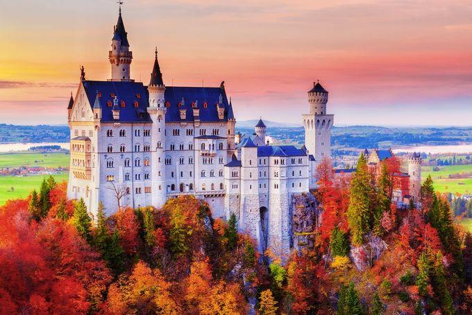 """Lâu đài Neuschwanstein, Đức  Neuschwanstein là một trong những lâu đài nổi tiếng nhất thế giới. Theo Travel and Leisure, mỗi năm, địa điểm này thu hút khoảng 1,3 triệu khách du lịch. Vào mùa thu, khi dãy núi Alps bắt đầu đổi màu lá, lâu đài như một bức tranh cổ tích. Nhiều người cho rằng, hình tượng lâu đài trong truyện """"Công chúa ngủ trong rừng"""" được lấy cảm hứng từ Neuschwanstein. Ảnh: Shutterstock/Feel Good Studio."""