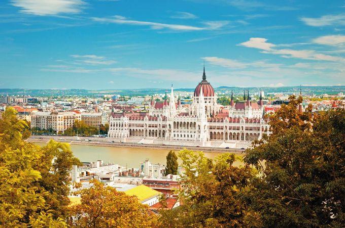 Thành phố Budapest, Hungary  Vào mùa thu, Budapest được mệnh danh là một trong những thành phố lãng mạn nhất ở châu Âu. Từ những ngọn đồi của thành phố, du khách có thể chiêm ngưỡng bức tranh mùa thu với cây cối nhuộm vàng và tòa nhà Nghị viện bên sông.  Đặc biệt, mùa thu không phải là thời điểm đông khách du lịch ở Budapest. Đi du thuyền trên sông, tham quan trung tâm thương mại, nhà hát lớn Budapest là những trải nghiệm không nên bỏ lỡ khi tới đây. Ảnh: Shutterstock/Botond Horvath.