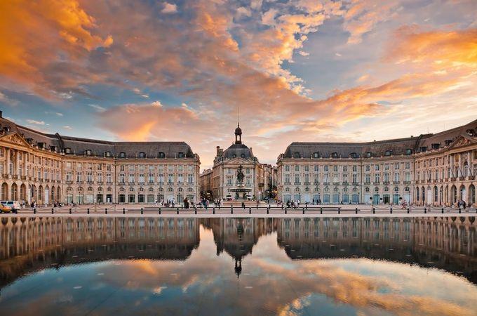 Thành phố Bordeaux, Pháp  Được mệnh danh là một trong những thành phố đẹp nhất châu Âu, Bordeaux trở thành điểm đến yêu thích của nhiều du khách khi đến Pháp. Tại đây, bạn có thể khám phá thành phố với những con đường đẹp, tòa nhà lịch sử, ẩm thực đa dạng cùng sự mến khách của người dân.  Bordeaux mang vẻ đẹp truyền thống, cổ điển, đặc biệt trong mùa thu. Lúc này, những vườn nho nổi tiếng ở Saint-Emilion dần chuyển sang sắc vàng đỏ. Tại đây, du khách có thể đi dạo trên những con đường ngập nắng và dùng bữa tối trong ánh hoàng hôn lãng mạn của buổi chiều. Một số đặc sản nổi tiếng của Bordeaux là hàu, trứng cá muối, măng tây trắng và những loại rượu vang nổi tiếng nhất thế giới. Ảnh: Shutterstock/Alexander Demyanenko.